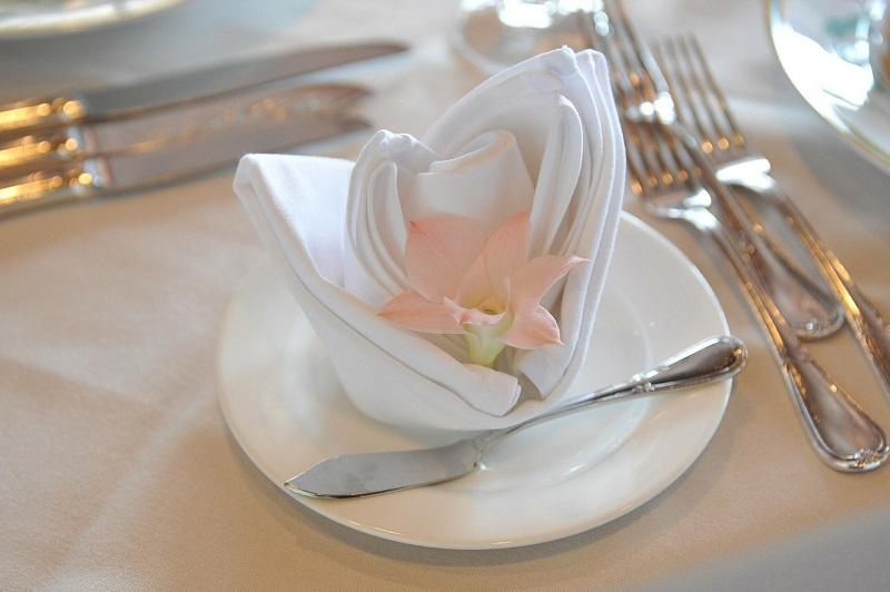 Servietten falten- elegante Rose