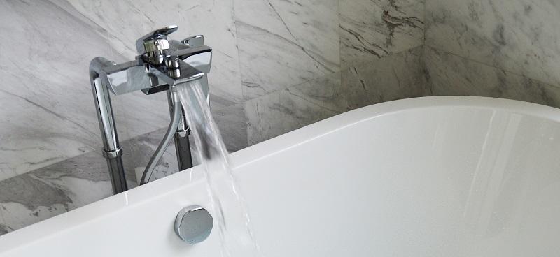 Montage einer Badewanne